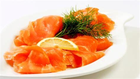 comment cuisiner du saumon fusillis au saumon fumé crevettes et noix de pin grillées