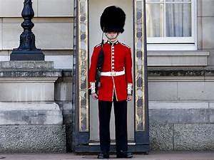 Buckingham Palace Guard Put a New 'Spin' on His Daily ...