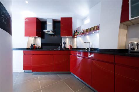 cuisines rouges une cuisine dans un couloir photo 7 7 3496839