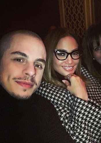 La bella showgirl argentina, ex fidanzata del motociclista andrea iannone, ha infatti. Jennifer Lopez sfoggia gli occhiali da vista in un selfie ...