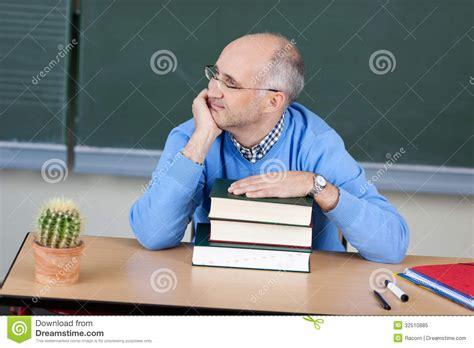 bureau de professeur pensée se reposante de professeur à bureau photo libre