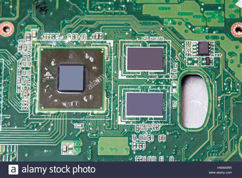 close  de la platine electronique avec des croustilles
