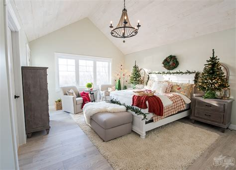 Plan your bedroom makeover with some of these decor ideas for master bedrooms and more! Traditional Christmas Bedroom Decor Ideas - Mom's Lake House