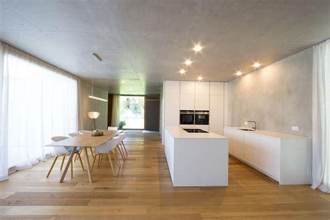 Große Wohnküche Ganz In Weiß Gehalten. Weiße Fronten Und