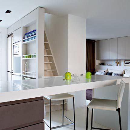 gagner une cuisine une cuisine avec des rangements comme une bibliothèque