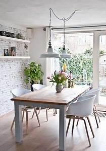 Coin repas avec table bois brut dans cuisine industrielle for Idee deco cuisine avec table en bois brut