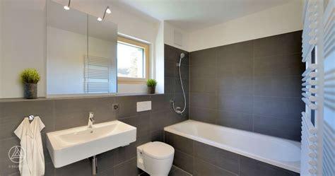 Badezimmer Spiegelschrank Grau by Mehrfamilienhaus Badezimmer Graue Fliesen Badewanne