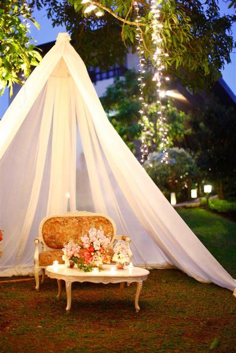 wedding in gardens ideas photobooth idea for english country garden wedding or rustic garden weddings vintage style sofa