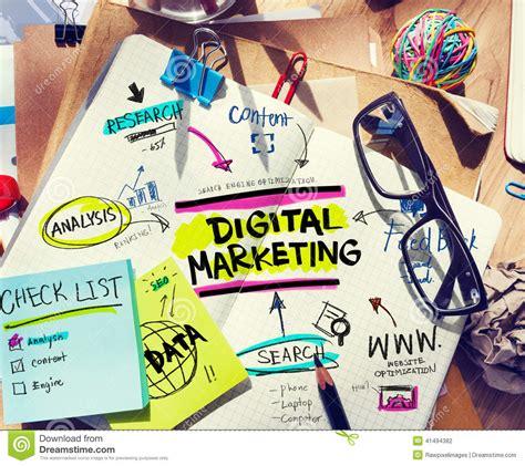outils de bureau bureau avec des outils et des notes au sujet du marketing