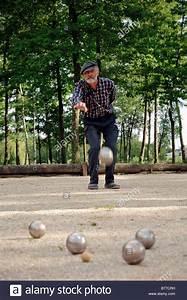 Boule Spiel Kaufen : mann spielen boule petanque provence s dfrankreich frankreich europa stockfoto bild ~ Eleganceandgraceweddings.com Haus und Dekorationen
