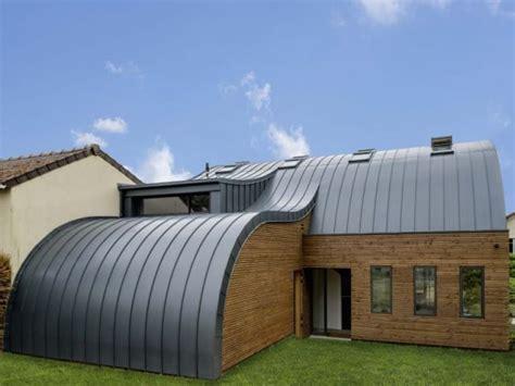 une vague de zinc d 233 ferle du toit au sol maisonapart