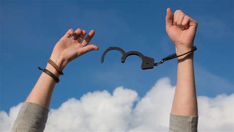 kostenloses foto zum thema freiheit haende handschellen