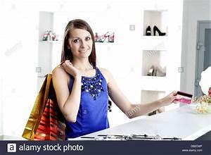 An Der Kasse : frau an der kasse bezahlen kreditkarte einkaufen stockfoto bild 58446214 alamy ~ Orissabook.com Haus und Dekorationen