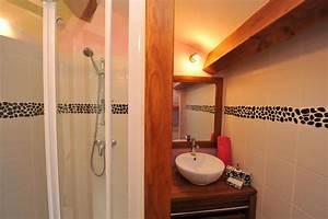 Salle de bain privative pour cette chambre d39hote for Salle de bain design avec vasque en galet