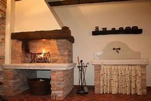 Caminetto rustico per la cucina for Camini in cucina