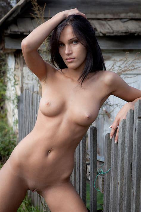 Good Loking Country Girl Posing Nude In The Backyard