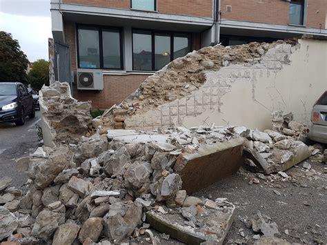 comune di teramo ufficio anagrafe camion in manovra provoca il crollo di un muro tra il comi