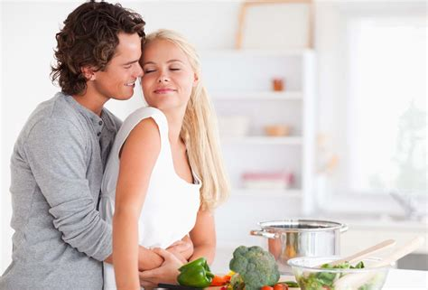 cuisiner pour amoureux hugging while cooking