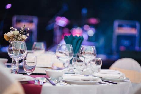 bicchieri ristorante piastra con ramoscello e nastro vicino posate e candele