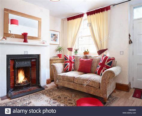 eine gem 252 tliche kleine britische wohnzimmer mit kamin und sofa mit patriotischen kissen