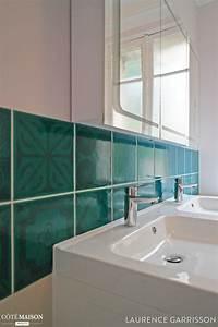 Carrelage bleu turquoise dans une salle de bains blanche for Carrelage bleu turquoise salle de bain