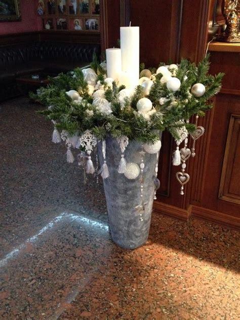 Vase Dekorieren Weihnachten by Fertige Ein Weihnachtsgesteck Auf Einer Vase An Und