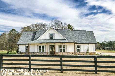 Design Home Trackid=sp-006 : Classic 3 Bed Country Farmhouse Plan