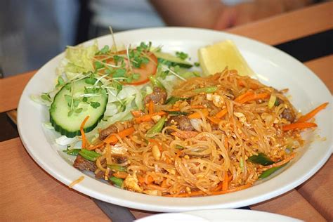 pad thai noodles popular dishes you must try while volunteering abroad