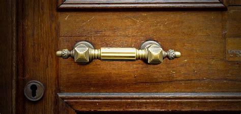 comment ouvrir une porte de chambre comment ouvrir une porte claquée à l 39 aide d 39 une radio en