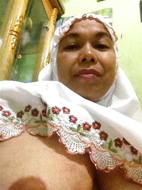 indonesian tante berjilbab selfi bugil 7 pics