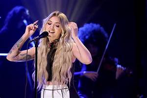 "Julia Michaels Performs ""Issues"" On ""The Tonight Show ..."