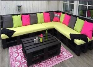 Coussin Banquette Palette : salon de jardin en palette peintes en noir et coussins vert et rose ~ Teatrodelosmanantiales.com Idées de Décoration