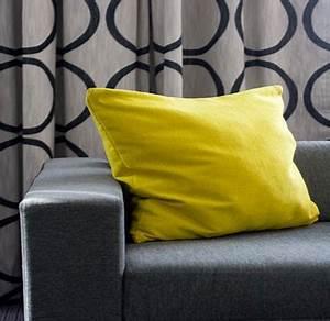Coussin Pour Canapé Gris : d co salon gris illumin e par la couleur jaune vif du coussin ~ Teatrodelosmanantiales.com Idées de Décoration