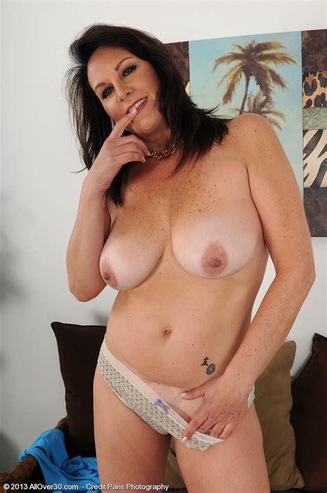 Brunette Milf Sterling Flaunt Her Mouth Watering T Milf Fox