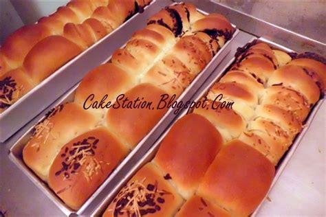 100 gram roti bisa memberikan lebih banyak energi, karbohidrat, protein, kalsium, fosfor, dan besi dibandingkan 100 gram nasi putih. Resep Dapur Cakestation: Roti Kasur Ala CakeStation