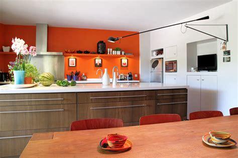 cuisine orange et gris associer la peinture orange dans salon cuisine et chambre