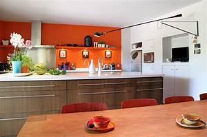 Deco Mur Cuisine : associer la peinture orange dans salon cuisine et chambre ~ Teatrodelosmanantiales.com Idées de Décoration