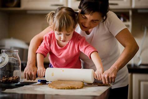 apprendre la cuisine vacances le bon moment pour apprendre la cuisine à vos enfants pratique fr