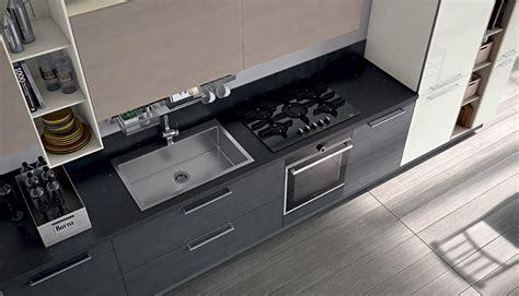 lavello e piano cottura cucina in materico con lavello in acciaio ad una buca