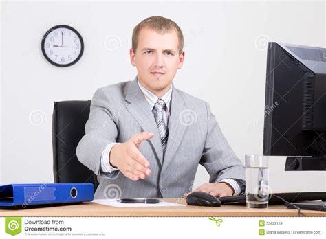affaire de bureau homme d affaires offrant une de accueil dans le