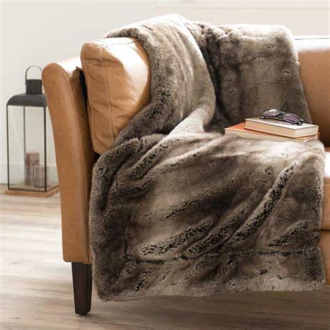 recouvrir un canapé en cuir le plaid fausse fourrure confort pour vous et style