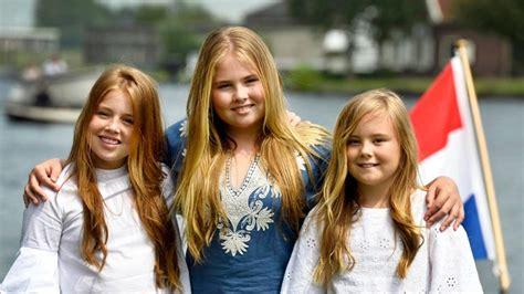 koninklijk huis familie in beeld prinsesjes schitteren bij zomerfotosessie