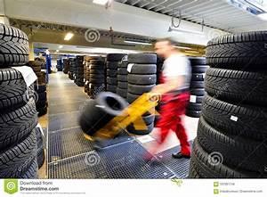 Changement Pneu Voiture : magasin avec des pneus de voiture dans un garage bandez le changement image stock image du ~ Medecine-chirurgie-esthetiques.com Avis de Voitures