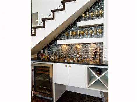 petites cuisines ouvertes aménager l espace sous un escalier viving