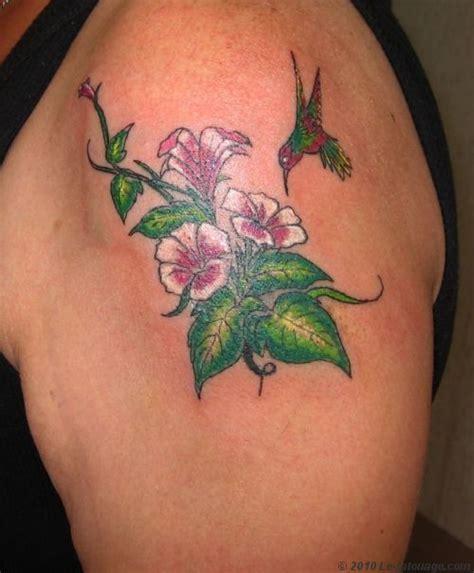 tatouages colibri butinant une fleur colibri fleur