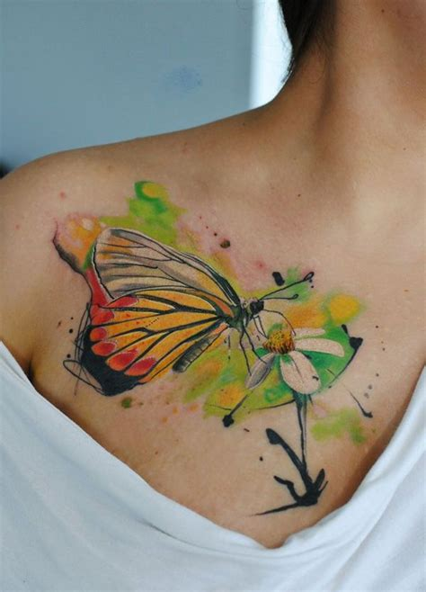 tattoo aquarelle papillon butinant fleur tatouage femme