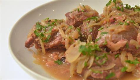 cuisiner joues de porc recette joue de porc à la bière braisée en vidéo