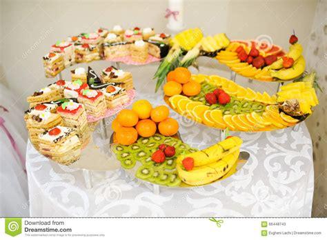 dessert avec des fruits g 226 teaux et bonbons de dessert de mariage avec des fruits photo stock image 66448743