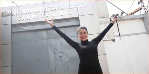 Nikita Mirzani Bebas Dari Penjara Dengan Gaun Belahan