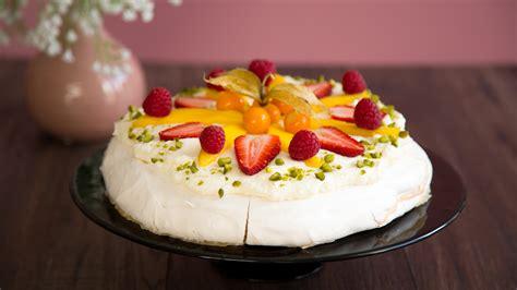Luftige Pavlova-Torte mit buntem Früchte-Topping